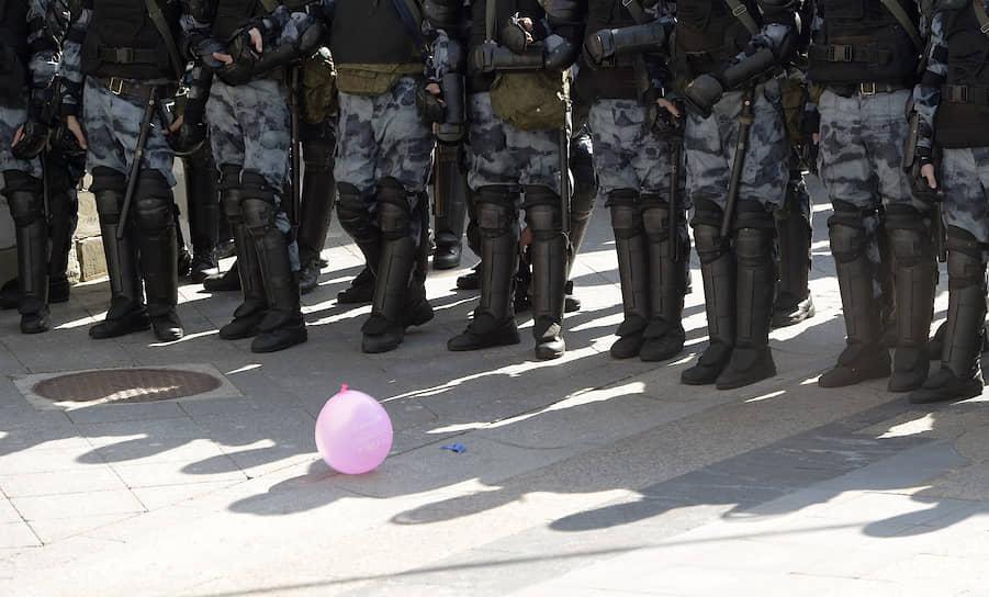 Силовики во время акции протеста в Москве