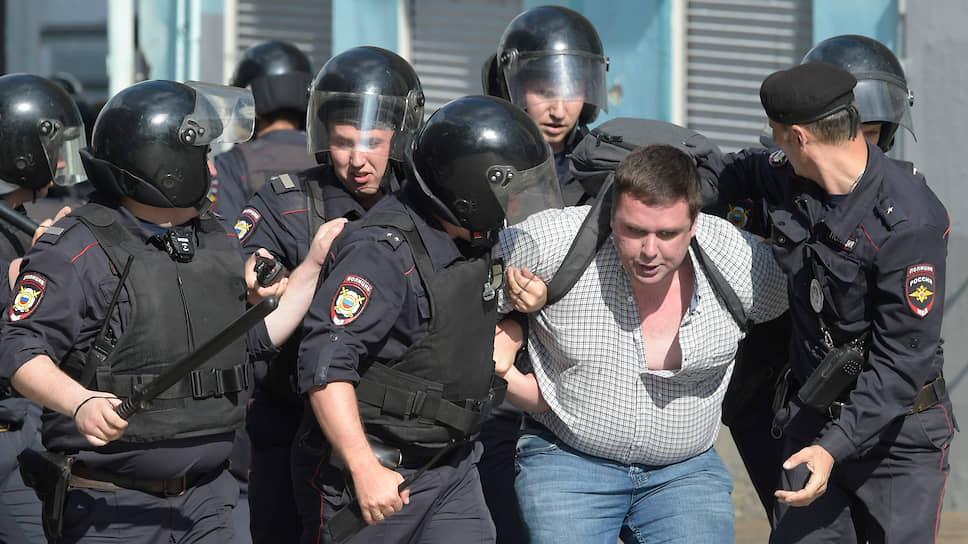 Задержание незарегистрированного кандидата на выборы в Мосгордуму Константина Янкаускаса