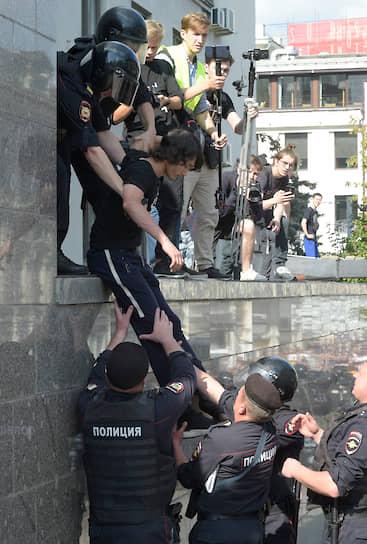 На Трубной площади было задержано несколько сотен протестующих