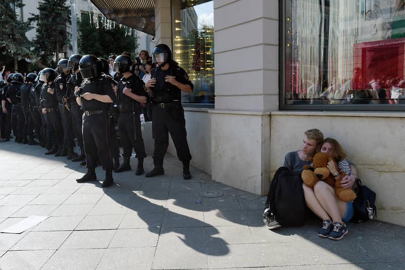 По данным МВД, более 600 задержанных не являются жителями столицы, однако ведомство не уточняет, идет ли речь о прописке или фактическом месте проживания