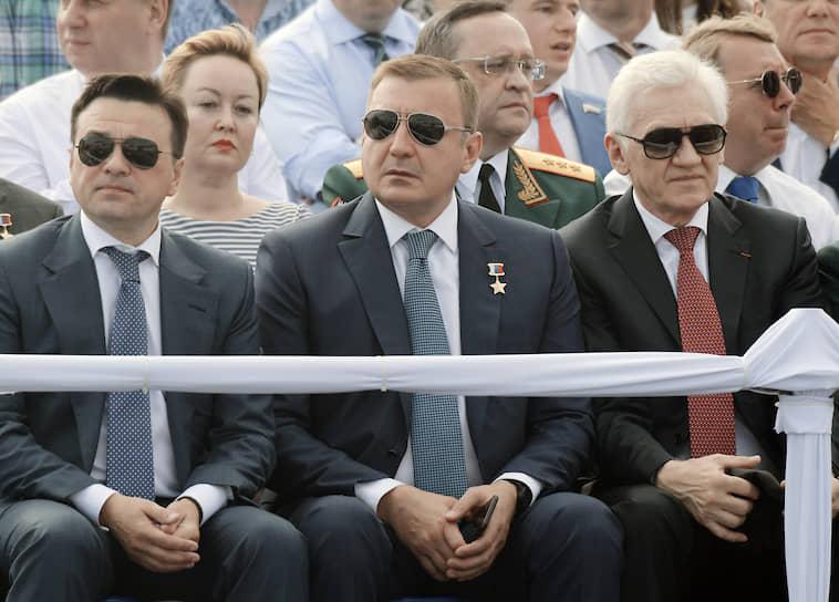 Слева направо: губернатор Московской области Андрей Воробьев, губернатор Тульской области Алексей Дюмин и бизнесмен Геннадий Тимченко. В таком порядке их можно застать на каждом параде в День ВМФ. Видимо, это их день