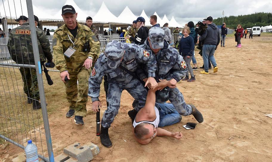 19 июля, Тверская область, Большое Завидово. Сотрудники полиции задерживают правонарушителя на фестивале «Нашествие»