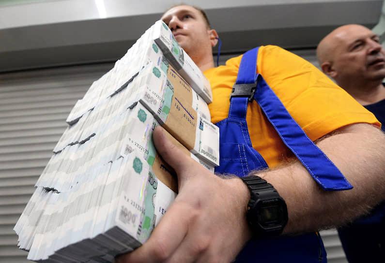 11 июля, Москва. Сотрудник Московской печатной фабрики — филиала АО «Гознак» с новыми российскими банкнотами