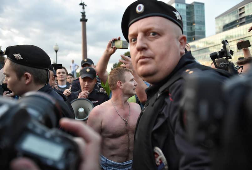 15 июля, Москва. Сотрудник полиции во время акции в поддержку независимых кандидатов в Мосгордуму «За право на выбор» на Трубной площади