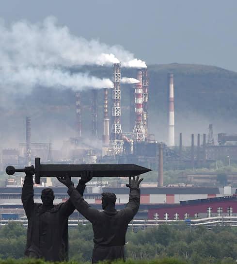 19 июля, Магнитогорск. Монумент «Тыл — фронту» на фоне дымящихся труб