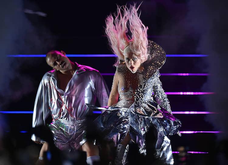 23 июля, Москва. Певица Кристина Агилера (справа) во время концерта на стадионе «ВТБ Арена»