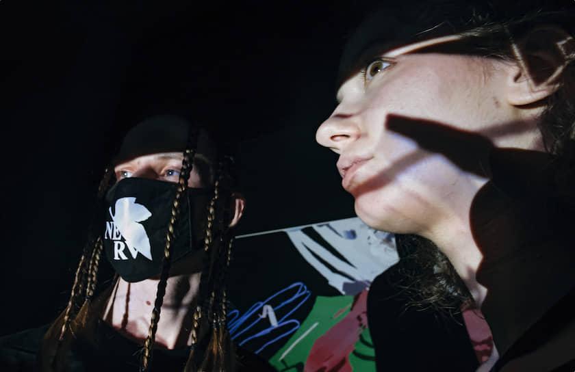 16 июля, Москва. Музыкант Марк Стрелецкий (Icy Flame) (слева) на выставке художника Владимира Карташова «Arcadia: Vr-проект» в культурном центре «ЗИЛ»