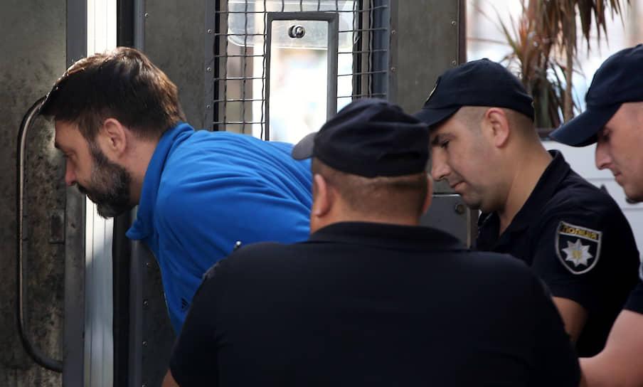 19 июля, Киев. Руководитель портала «РИА Новости Украина» Кирилл Вышинский (слева) после заседания Подольского районного суда