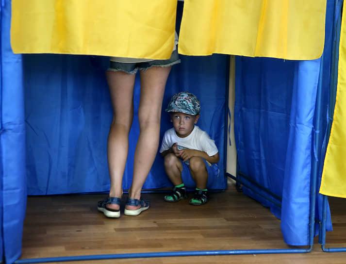 21 июля, Украина. Избиратели во время досрочных выборов депутатов в Верховную раду