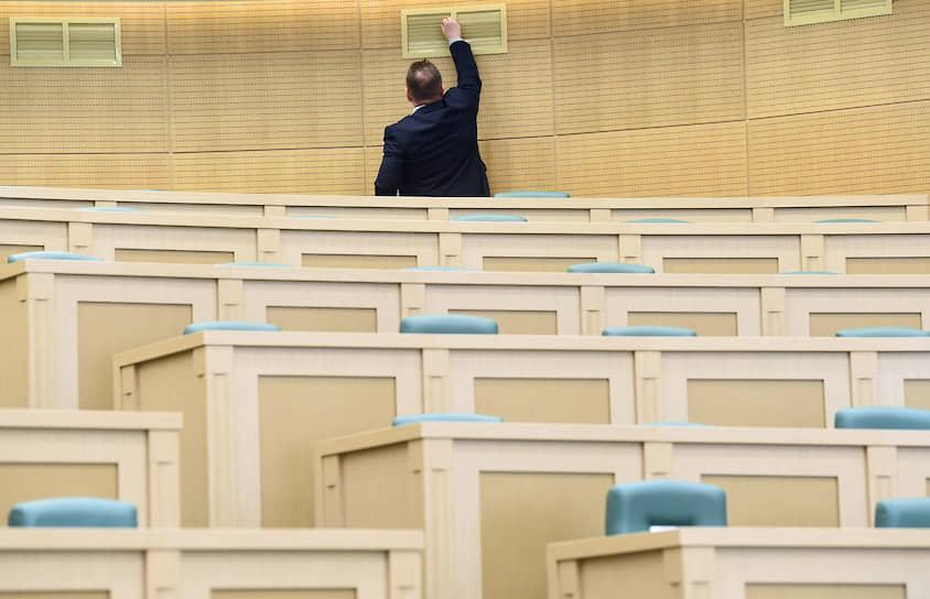 26 июля, Москва. Зал перед началом пленарного заседания весенней сессии Совета федерации