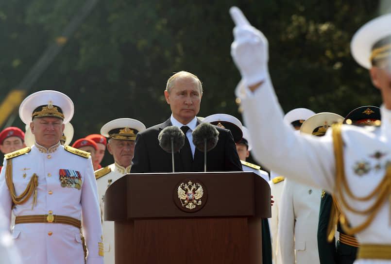 28 июля, Санкт-Петербург. Президент России Владимир Путин и главнокомандующий ВМФ РФ Николай Евменов (слева) на празднования Дня ВМФ