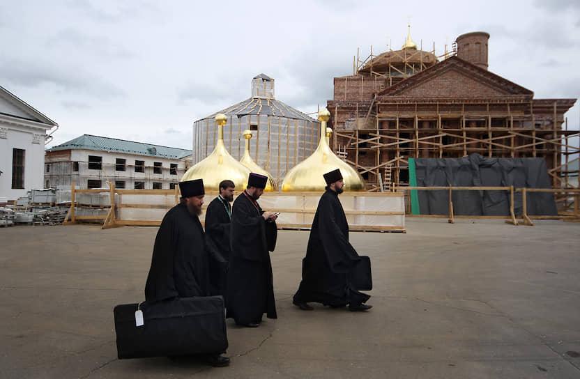 31 июля, Нижегородская область, Саров. Священнослужители в Успенском мужском монастыре Саровской пустыни