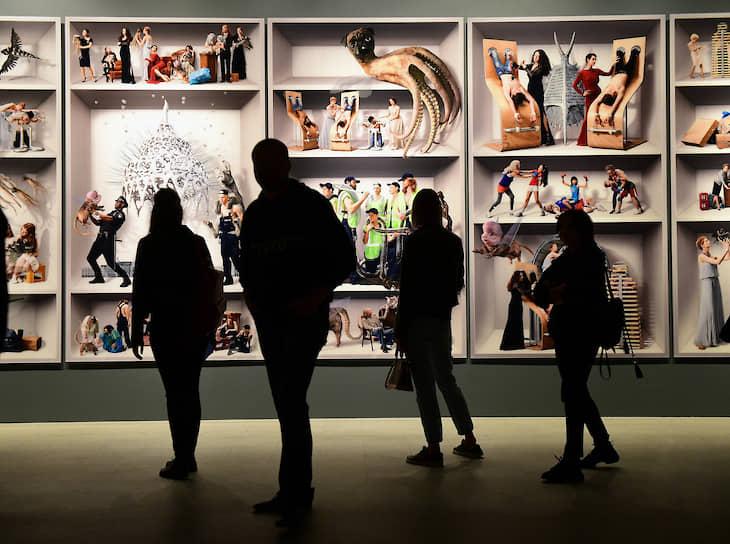 19 июля, Москва. Посетители выставки арт-группы AES+F «Предсказания и откровения» в ЦВЗ «Манеж»