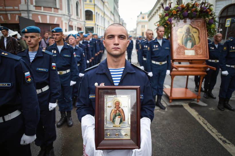 Военнослужащие в Москве во время крестного хода в честь Дня памяти пророка Илии, считающегося покровителем Воздушно-десантных войск