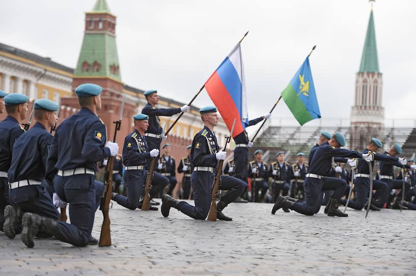 Военнослужащие ВДВ во время праздничного мероприятия на Красной площади