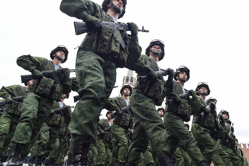 Военнослужащие ВДВ во время марша на Красной площади