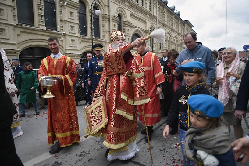 Епископ Дмитровский Феофилакт (в центре) во время крестного хода