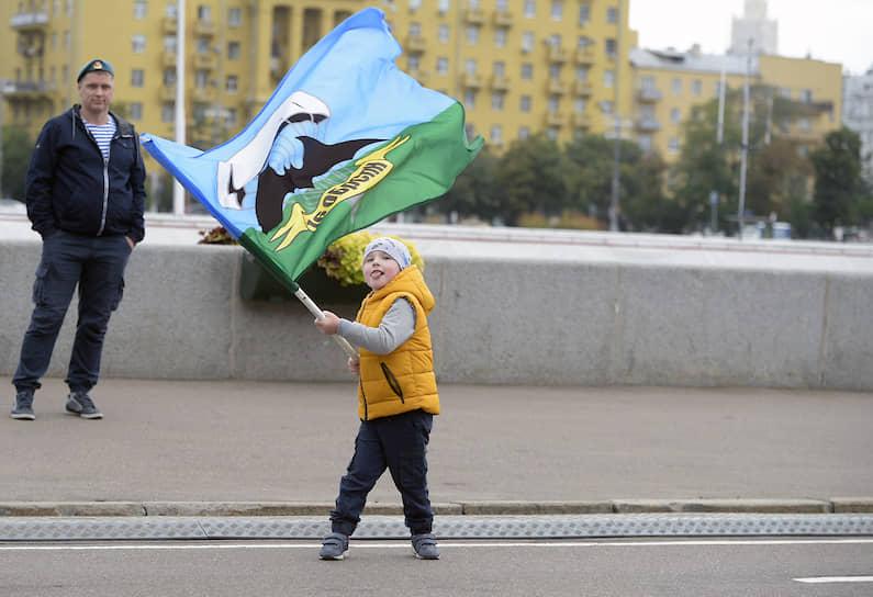Ребенок с флагом во время праздника в парке Горького