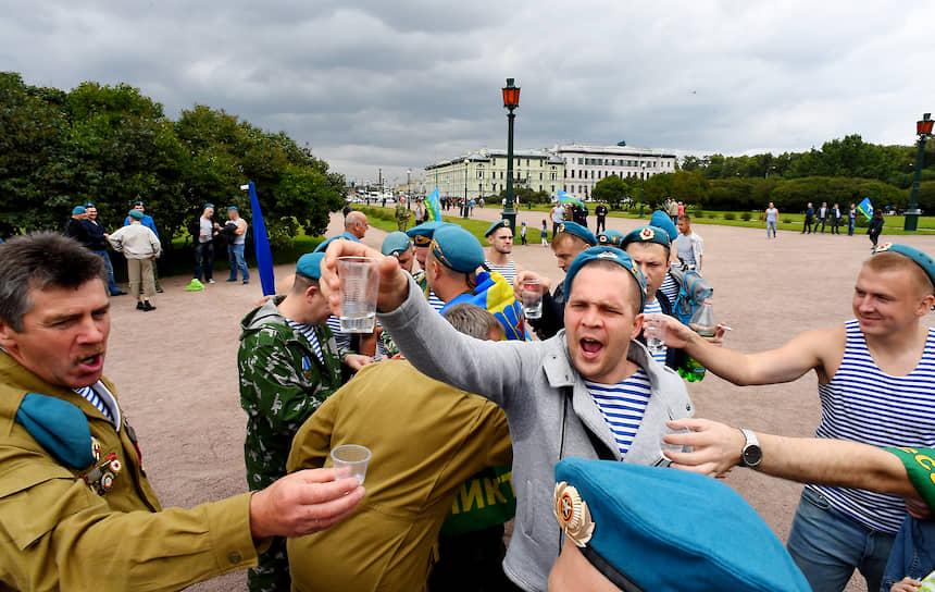 Участники праздничных мероприятий в Санкт-Петербурге