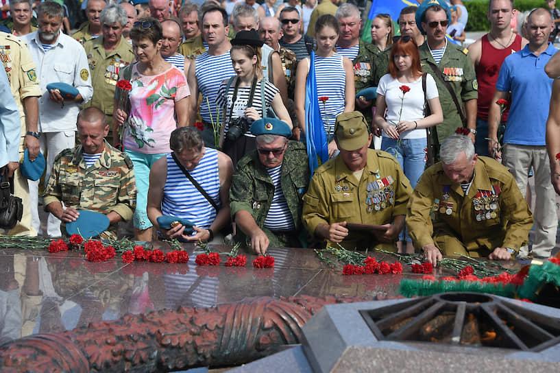 Церемония возложения цветов к «Вечному огню» в Севастополе