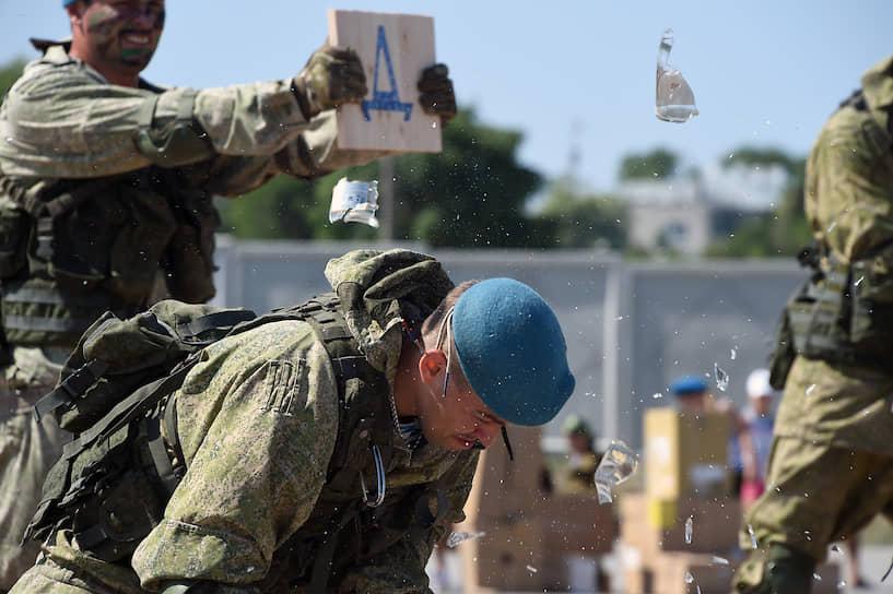Показательные выступления бойцов ВДВ по рукопашному бою в Севастополе