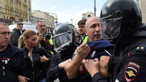 """Акция протеста в Москве  / Онлайн-трансляция """"Ъ"""": полиция задержала более 800 сторонников недопущенных в Мосгордуму кандидатов"""
