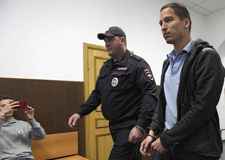 <b>Айдар Губайдулин</b>, 25 лет, выпускник МФТИ.<br> Задержан в два часа ночи 9 августа после проведенных накануне вечером у него дома обысков. 9 августа ему было предъявлено обвинение в участии в массовых беспорядках (ч. 2 ст. 212 УК). Арестован Басманным судом Москвы в тот же день до 9 октября. 31 августа Айдару Губайдулину смягчили обвинение и выделили дело в отдельное производство. Был обвинен в покушении на насилие в отношении представителя власти — ч. 3 ст. 30 и ч. 1 ст. 318 УК РФ. 18 сентября освобожден в зале суда. 15 октября СК РФ предъявил Габайдуллину новое обвинение — ч. 1 ст. 318 УК РФ (угроза применения насилия к представителю власти). 17 октября покинул Россию, а 23 октября был объявлен в международный розыск