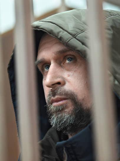<b>Алексей Вересов</b>, 46 лет, ранее был судим, музыкант <br> 12 ноября был задержан и оставлен под стражей Басманным районным судом до 11 января 2020 года. Обвиняется по ч. 2 ст. 280 УК РФ (публичные призывы к экстремистской деятельности) — написал в соцсети в адрес судьи Криворучко, вынесшего приговор Павлу Устинову, «сожгите его»