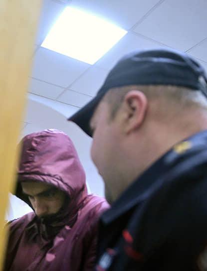 <b>Евгений Ерзунов</b>, 24 года, сотрудник «МВидео» <br> 13 ноября задержан в аэропорту «Внуково», оставлен под стражей до 11 января 2020 года. Обвиняется по ч. 1 ст. 296 УК РФ (угроза или насильственные действия в связи с осуществлением правосудия или производством предварительного расследования) — оставил комментарий «судья К., ходи оглядывайся, скоро тебе смерть» по постом о приговоре Павлу Устинову