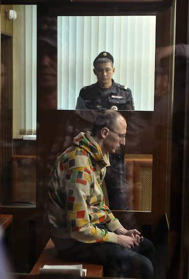 <b>Павел Новиков</b>, 32 года, трудоустроен неофициально <br> Был задержан 29 октября, на следующий день был оставлен под стражей до 29 декабря. Следствие также было закончено 30 октября. Обвиняется по ч.1 ст. 318 УК РФ — дважды ударил полицейского кинолога пластиковой бутылкой. Признал вину. 4 декабря в ходе судебного заседания гособвинитель запросил для Новикова три года колонии общего режима. 6 декабря был приговорен Тверским судом Москвы к штрафу 120 тыс. руб. и отпущен в зале суда