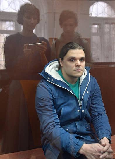 <b>Сергей Суровцев</b>, 30 лет, IT-специалист <br> 28 ноября был задержан, на следующий день оставлен Басманным районным судом Москвы под стражей до 27 января 2020 года. Обвиняется по ч. 1 ст. 318 — ударил сотрудника Росгвардии секцией металлического ограждения. 24 декабря Мещанский суд приговорил Суровцева к 2,5 годам колонии общего режима