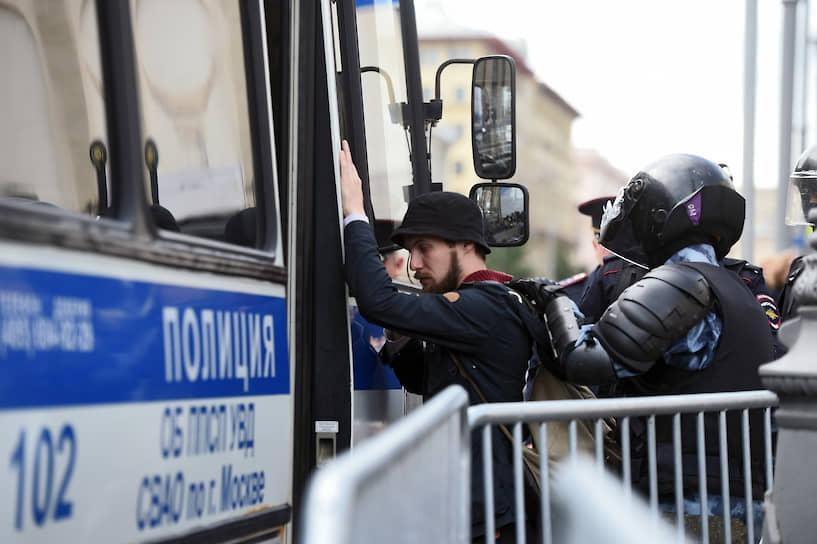 На фото: задержанный участник несогласованной акции протеста