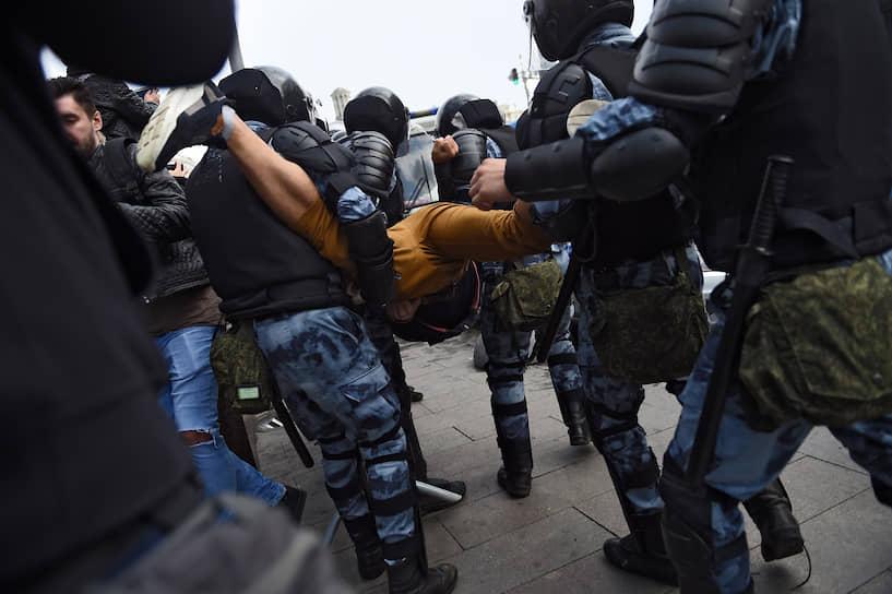 Некоторых задерживали и уводили в автозаки, заломив руки или даже взяв за ноги, но большая часть участников акции не сопротивлялась