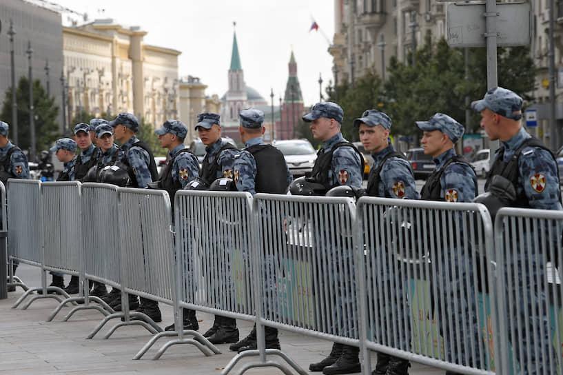 Вдоль Рождественского бульвара, по которому к Трубной шли сотни людей, дежурили эвакуаторы, КамАЗы и автозаки
