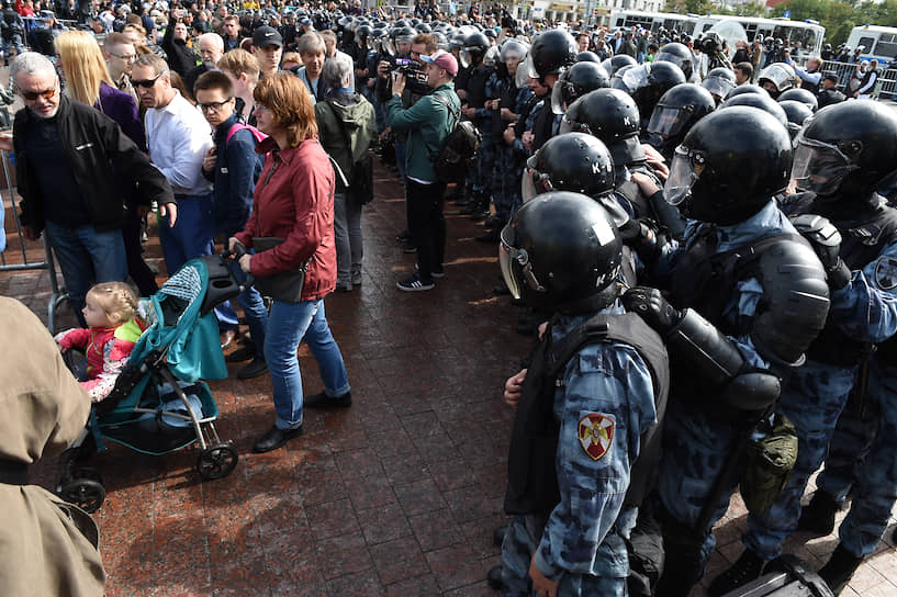 За несколько минут до начала акции полиция задержала Любовь Соболь — незарегистрированный кандидат в МГД выходила из штаба по сбору подписей на Рождественском бульваре