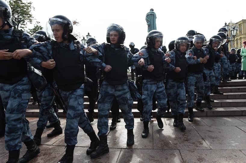 В 15:00 шеренги силовиков стали перекрывать пешеходные переходы, частично разорвав сообщение между Сретенским и Рождественским бульваром