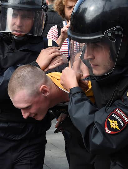 По словам корреспондентов, хватали и несли в автозаки даже тех граждан, которые не выкрикивали лозунги и не несли транспарантов