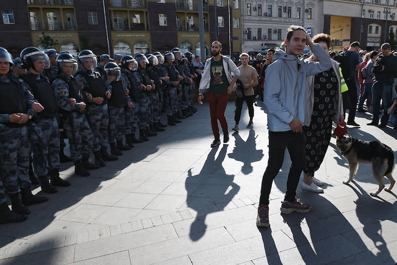 Вдоль Тверской выставили дополнительные полицейские кордоны, не давая прохожим ни гулять, ни уходить