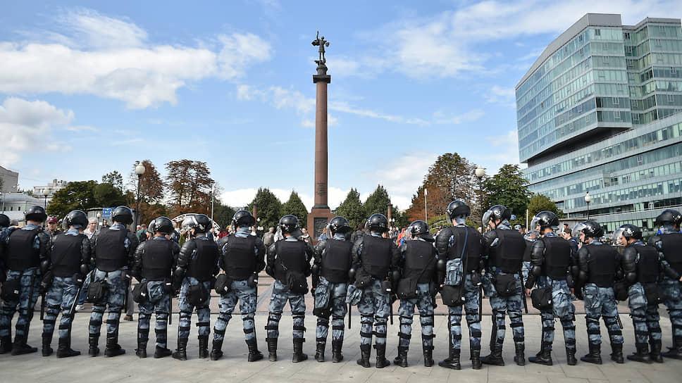 Начало массовой прогулки в соцсетях анонсировалось с 14:00 часов, примерно с 13:00 часов сотрудники полиции стали приглашать прохожих на разъяснительные беседы