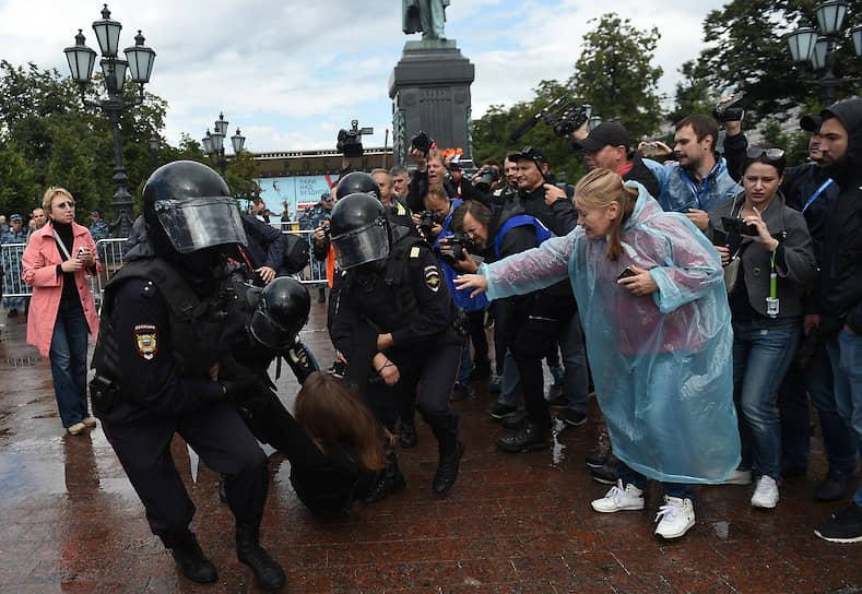 Примерно к 15:30 Пушкинская площадь оказалась перекрыта росгвардейцами, заграждениями, автобусами и автозаками