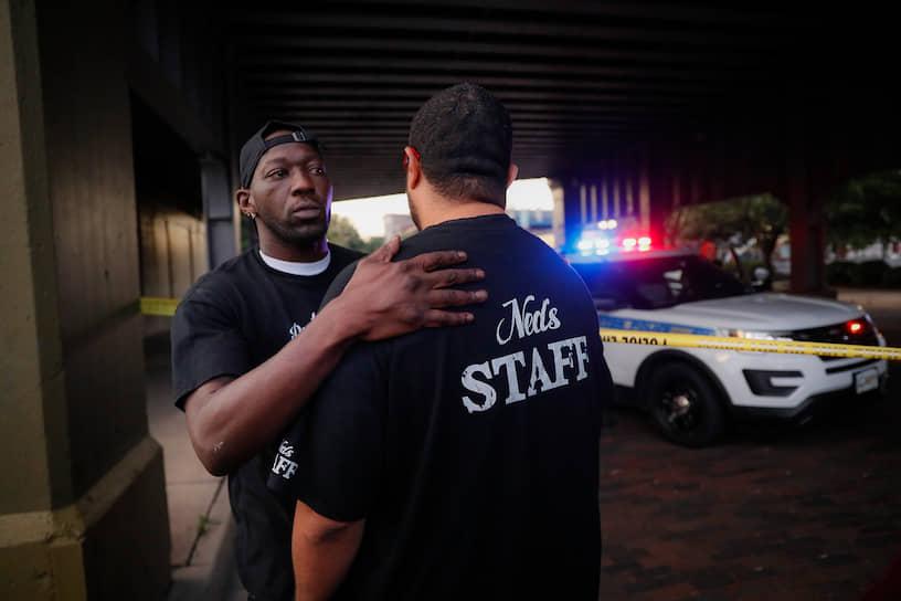 Предположительно, поводом открыть огонь стало то, что преступника не пустили в бар. Также существует версия, что стрелков было двое. Полиция ведет расследование