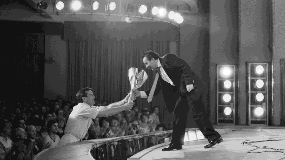 Начал писать песни, музыку и тексты. Работал в оркестре Ленинградского радио и телевидения, которым руководил Давид Голощекин. Из-за гонений на джаз он уехал в Мурманск, где стал исполнителем собственных песен. Одна из них стала хитом Кольского полуострова в 1973 году, «Мурманчаночка». Вместе с местным соавтором, Владимиром Ярцевым записал песню «Апатиты — заполярный городок», которая стала для апатитчан неформальным гимном
