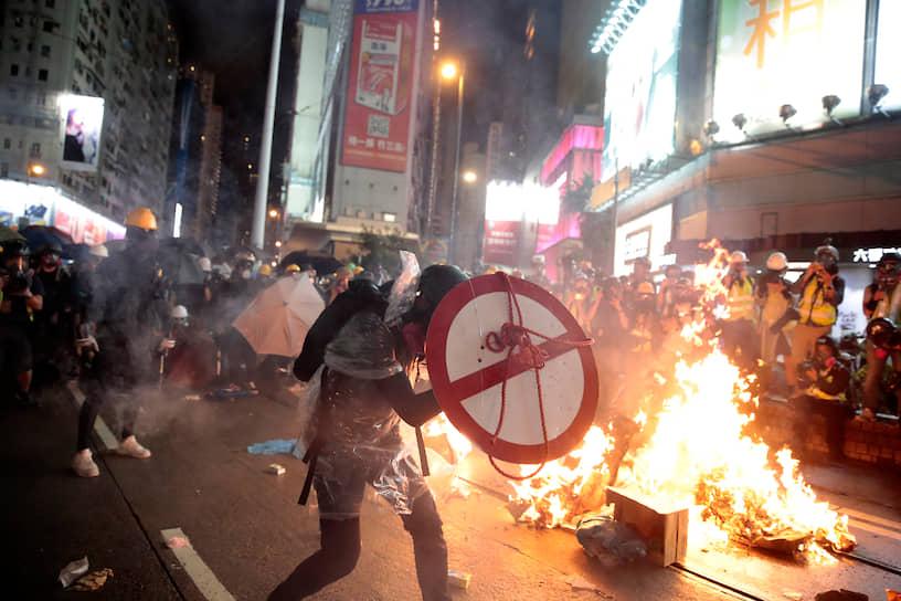 Власти Гонконга 30 августа задержали местного оппозиционера Джошуа Вонга. Вскоре он был отпущен под залог, но на него и еще нескольких активистов возбудили дело. Их обвиняют в подстрекательстве, а также в организации и сознательном участии в несанкционированных митингах