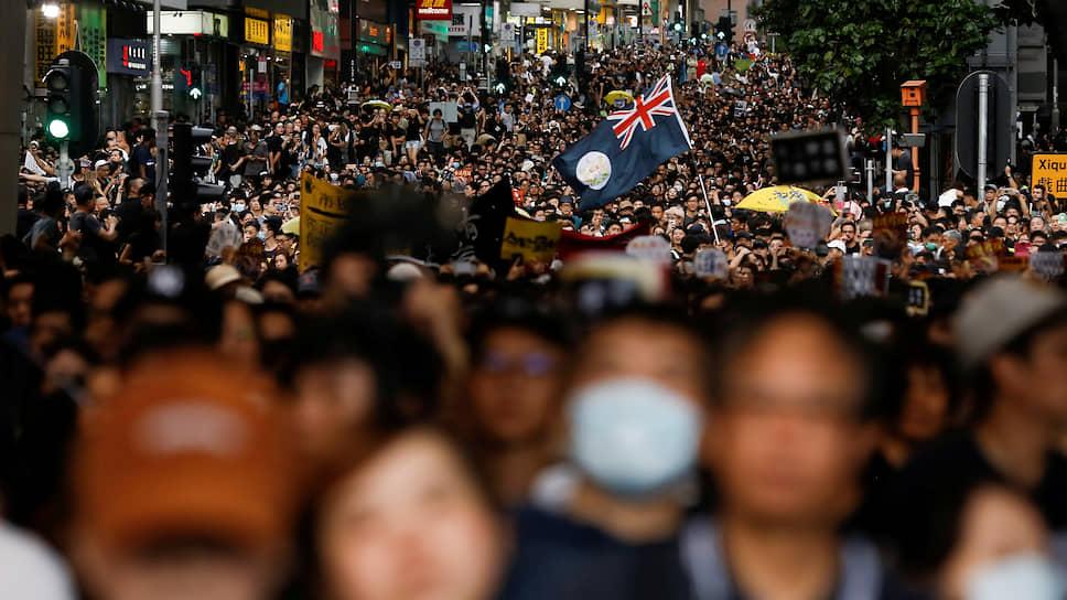 Было отменено более 200 авиарейсов, парализованы основные магистрали, мосты и метрополитен. Глава Гонконга Кэрри Лам сообщила, что митингующие уже подрывают не только безопасность своих сограждан, но и суверенитет Китая над городом