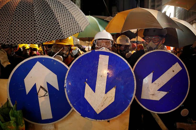 В результате в аэропорту Гонконга — одного из ключевых азиатских транспортных узлов — было отменено более 200 рейсов