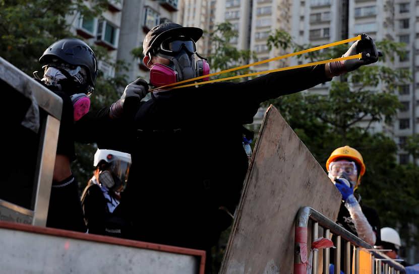 После увеличения протестной активности, глава правительства Гонконга Кэрри Лам объявила, что бессрочно приостанавливает рассмотрение законопроекта, но протестующие потребовали окончательного и бесповоротного отправления документа в корзину