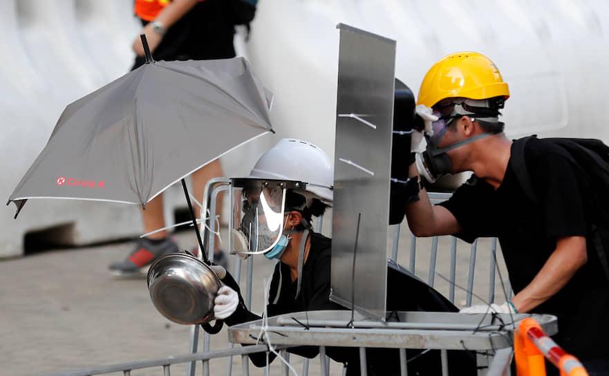 Полиция активно применяет слезоточивый газ и резиновые пули