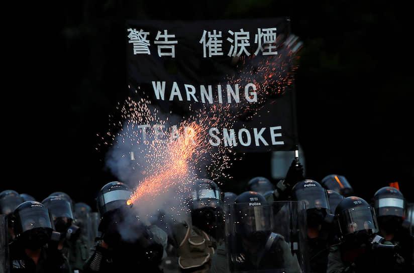 Протестующие 5 августа сорвали с одного из флагштоков флаг Китая и сбросили его в воду. За информацию о личности сорвавшего флаг объявлена награда в 1 млн гонконгских долларов (8,3 млн руб.)