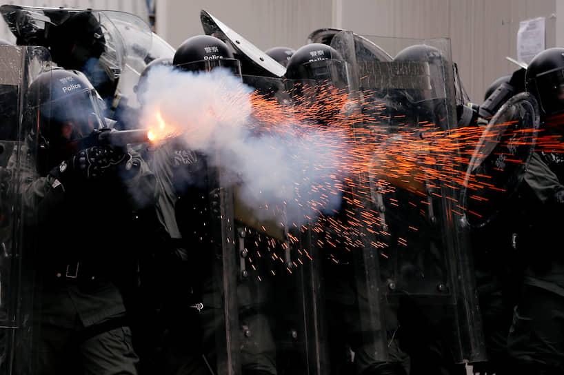 После того, как Гонконг покинул последний британский губернатор Крис Пэттен, бывшая колония все еще пользуется широкой автономией, и ее отношения с Пекином основаны на формуле «одна страна — две системы». <br> На фото: столкновения с полицией 27 июля