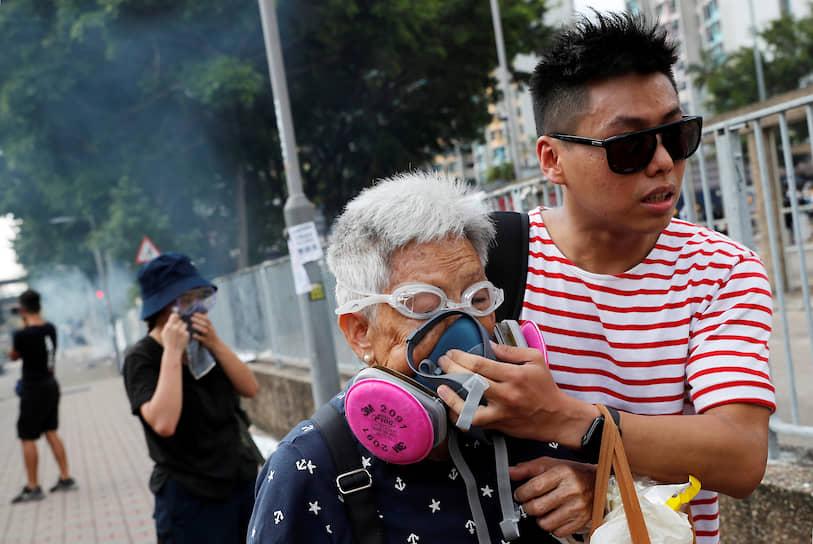 Гонконг, Китай. Демонстранты спасаются от слезоточивого газа, примененного полицией